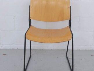 Silla estructura de metal negra y asiento y respaldo de madera asisi009