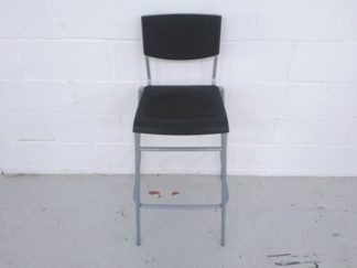 Taburete alto estructura metal y asiento y respaldo plástico negro asita002