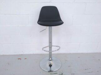 Taburete alto pie cromado y asiento polipiel negra altura regulable asita003