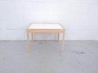 Mesa de madera con sobre blanco infantil mueni001