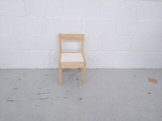 Silla de madera con asiento blanco infantil mueni002