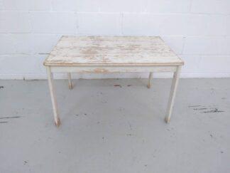Mesa de madera blanca desconchada mueex003