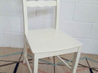 Silla de madera blanca asisi