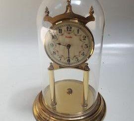 Reloj mesa dorado en urna
